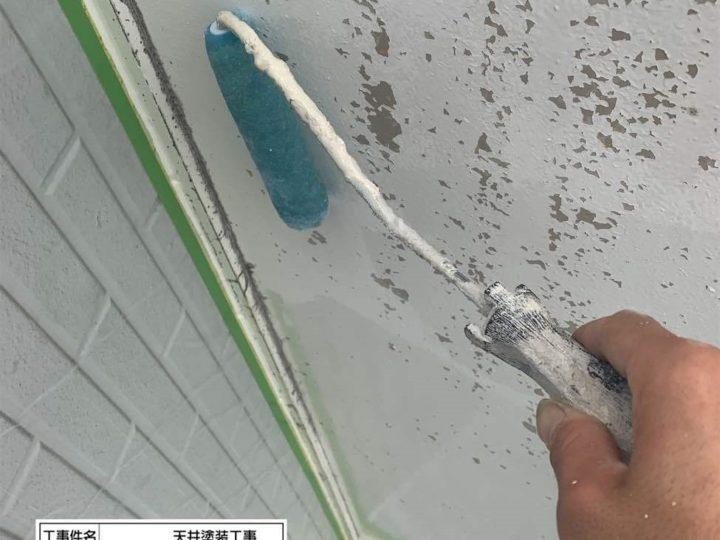 軒天 シーラー塗装中